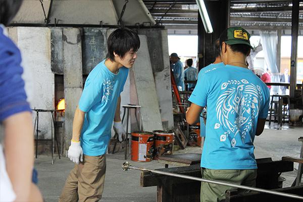 琉球ガラス村の工房の様子